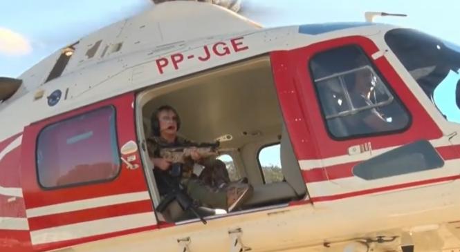 """Deputada federal se arma com fuzil e vai a caçada de Lázaro em helicóptero: 'Vou te pegar"""", diz"""