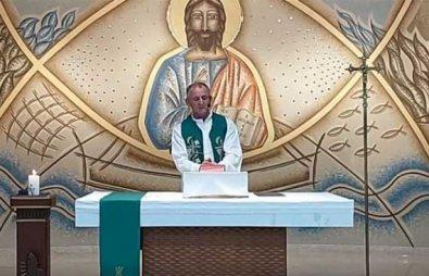Padre chama repórter da TV Globo de 'viadinho' e 'idiota' em plena missa