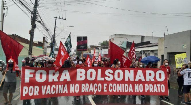 Manifestantes voltam às ruas do País contra Bolsonaro; em Maceió passeata foi na chuva