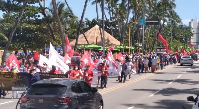 Manifestantes protestam contra Bolsonaro na orla, reduto de maioria conservadora em Maceió