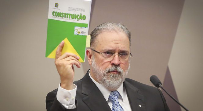 Aras pede no STF suspensão de MP de Bolsonaro que dificulta combate a fake news