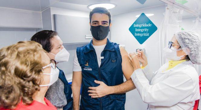 Prefeito JHC toma a primeira dose da vacina contra Covid no ônibus da vacinação