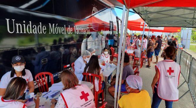 Em seu último dia, Ônibus da Vacina imuniza pessoas com 34 anos na Praça Deodoro