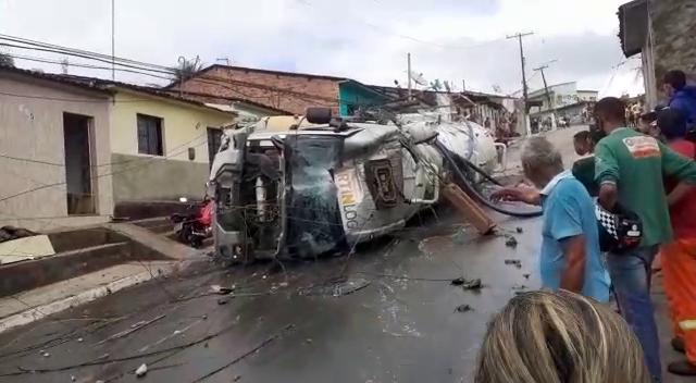 Vídeo: Uma pessoa morre e duas pessoas ficam feriados em tombamento de caminhão em São Miguel