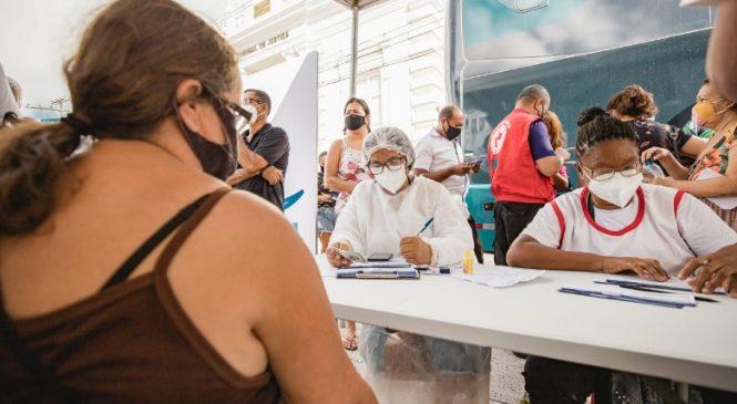 Ônibus da vacina suspende serviço hoje e retorna amanhã na Praça Deodoro
