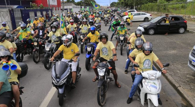 Motociclistas desfilam nas ruas de Maceió em apoio ao governo de Bolsonaro