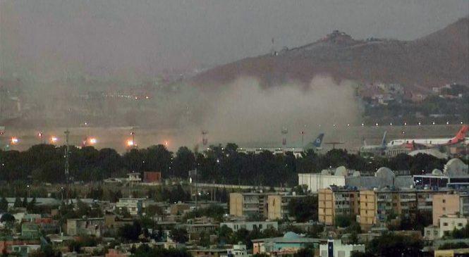 Explosões em aeroporto de Cabul deixam mortos durante retirada dos EUA