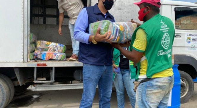 Prefeitura de Maceió entrega 160 cestas básicas para carroceiros do Ecoponto Pajuçara
