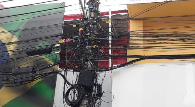 Emaranhados: Prefeitura discute ordenamento de fios em postes de Maceió
