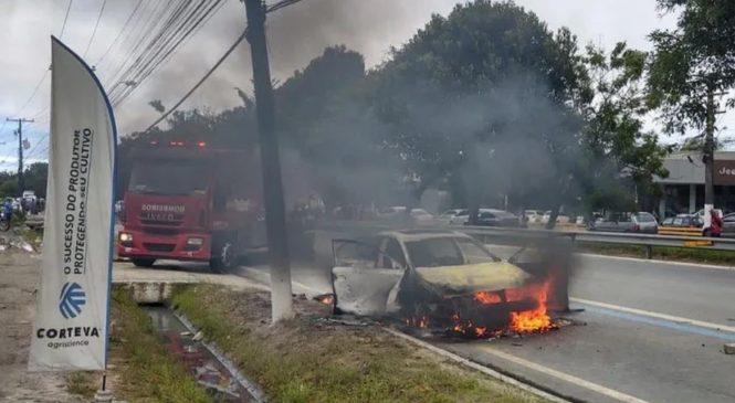 Motorista que matou dois na Durval de Góes e teve o carro incendiado se apresenta à polícia