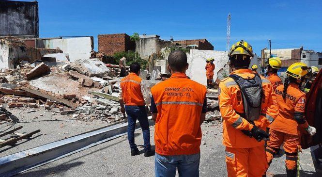 Bombeiros são acionados após casa desabar no Pinheiro