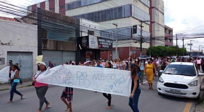 Familiares de presos protestam fechando vias em Maceió contra suspensão de visitas