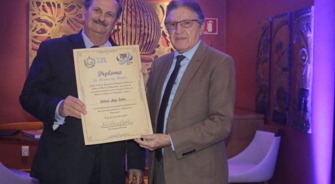 Presidente do TJ de Pernambuco entrega de medalha de honra a Antonio Noya