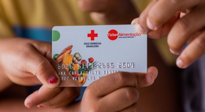 Prefeitura de Maceió entrega tíquete alimentação de R$ 400 a mais de 600 famílias