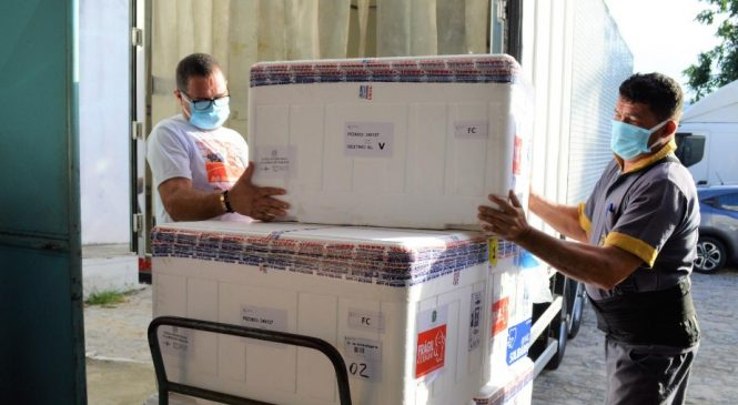 Alagoas recebe quase 55 mil doses de imunizantes contra a Covid-19 nesta quinta