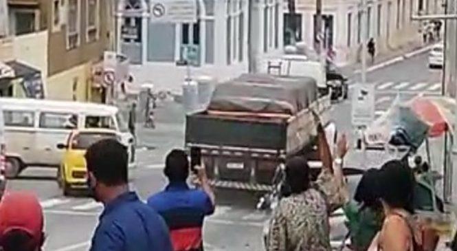 Vídeo: Caminhão desgovernado atinge carros descendo Ladeira dos Martírios