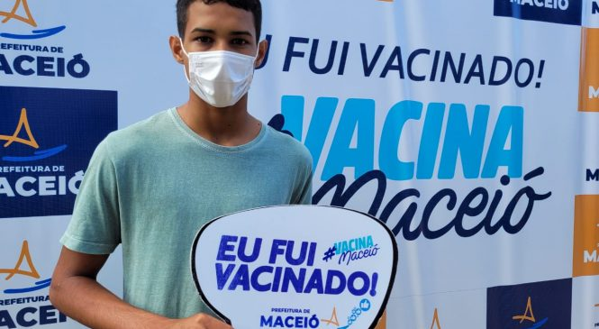 Em corujão até às 21h, Maceió vacina o primeiro grupo de adolescentes de 12 anos