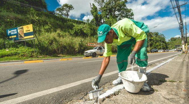 Avenida Leste-Oeste recebe serviços para melhorar sinalização e tráfego de veículos