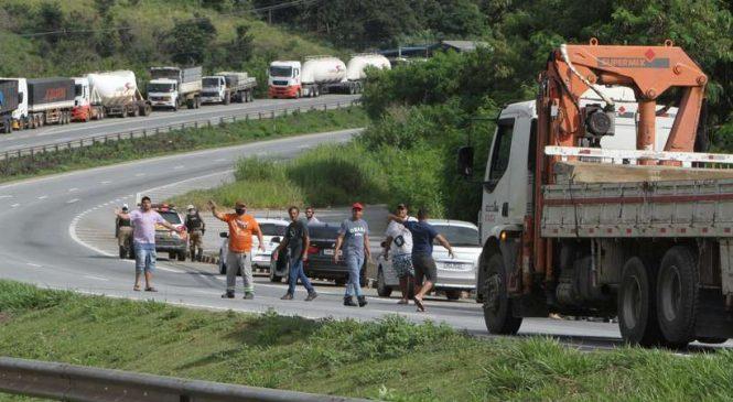 Pressionado, Bolsonaro manda caminhoneiros liberarem as estradas