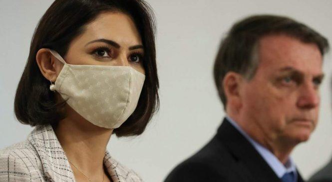 Michelle Bolsonaro ignorou vacina aplicada pelo SUS e se vacinou nos EUA