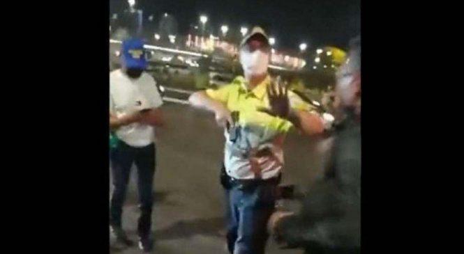 Bolsonaristas invadem esplanada dos ministérios e PM cercado saca a arma