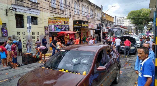 Motorista de aplicativo colide contra carrinhos de feirantes e é agredido