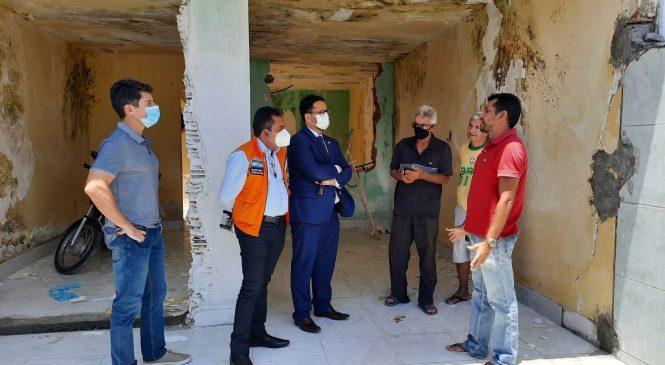 Família que retornou para imóvel em área de risco no Pinheiro recebe visita da Defesa Civil e GGI dos Bairros