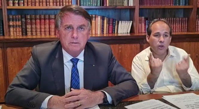 Bolsonaro critica ' Auxílio Modess' e diz ser machão que chora no banheiro