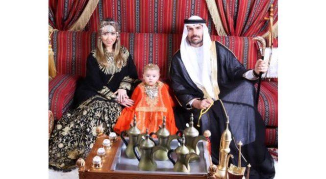 Deslumbrado em Dubai, Eduardo Bolsonaro posa com a família de sheik árabe