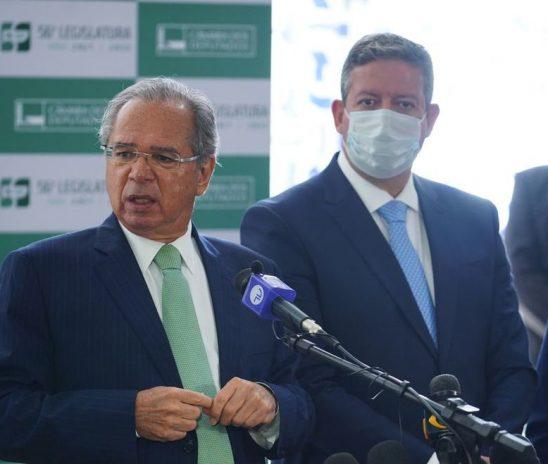 Guedes se ajoelha para o Centrão, perde equipe e a vergonha neoliberal